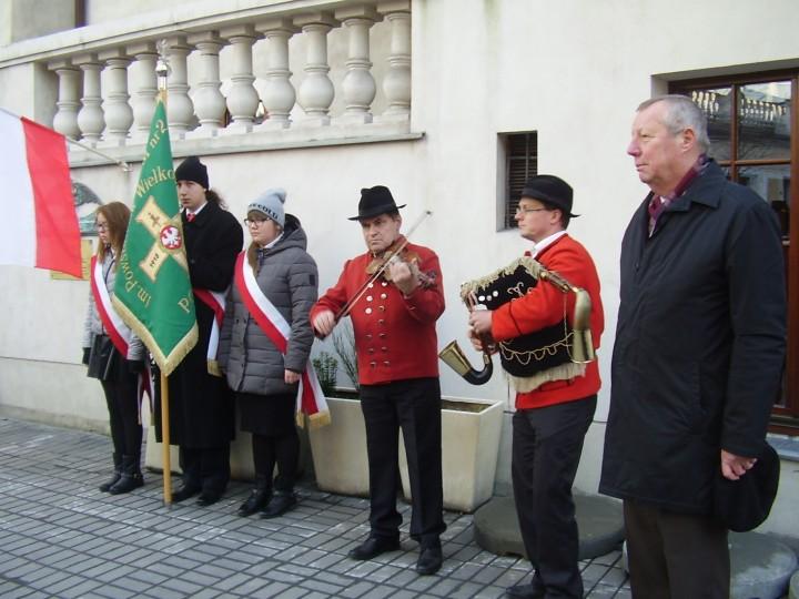 Przed tablicą Polskiego Sejmu Dzielnicowego