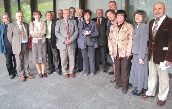 2010-05-29 Warszawa. Honorowy Przewodniczący i członkowie Rady Krajowej podczas III Walnego Zgromadzenia RSR RP